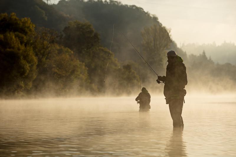 湖の釣り人