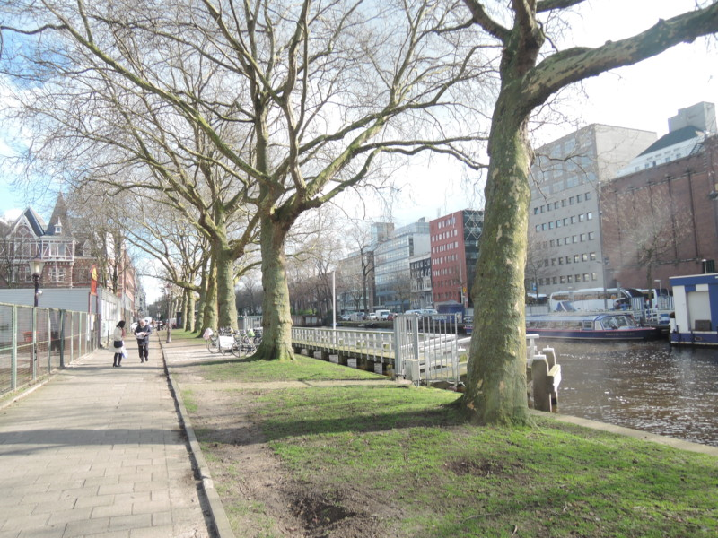 アムステルダムの運河と運河沿いの遊歩道