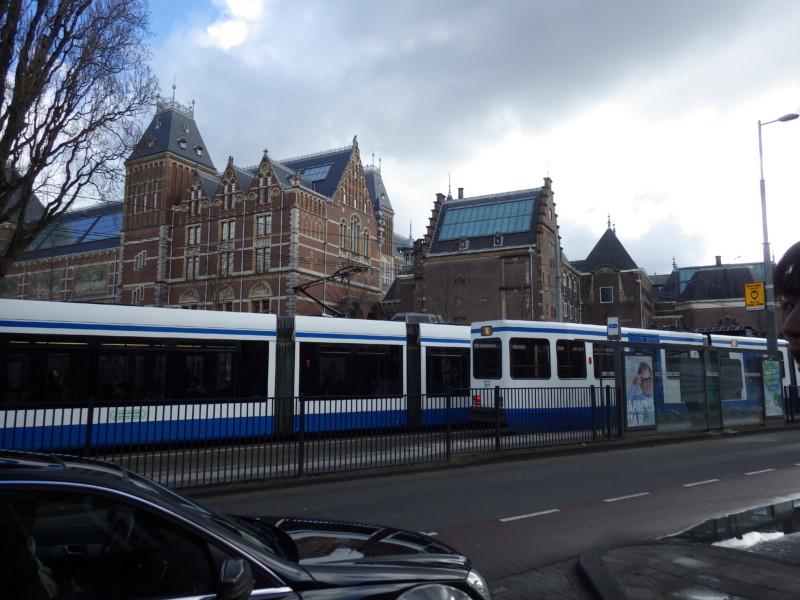 アムステルダムの街中を走るトラムの様子