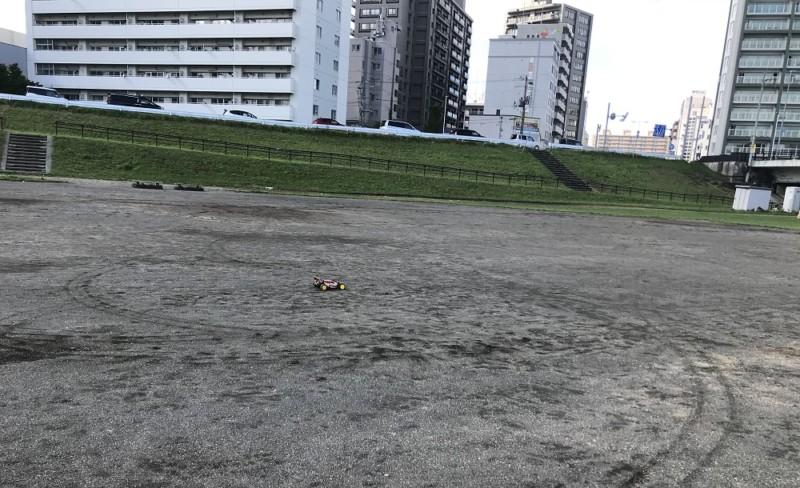 川っぺりのグランドを走るラジコン