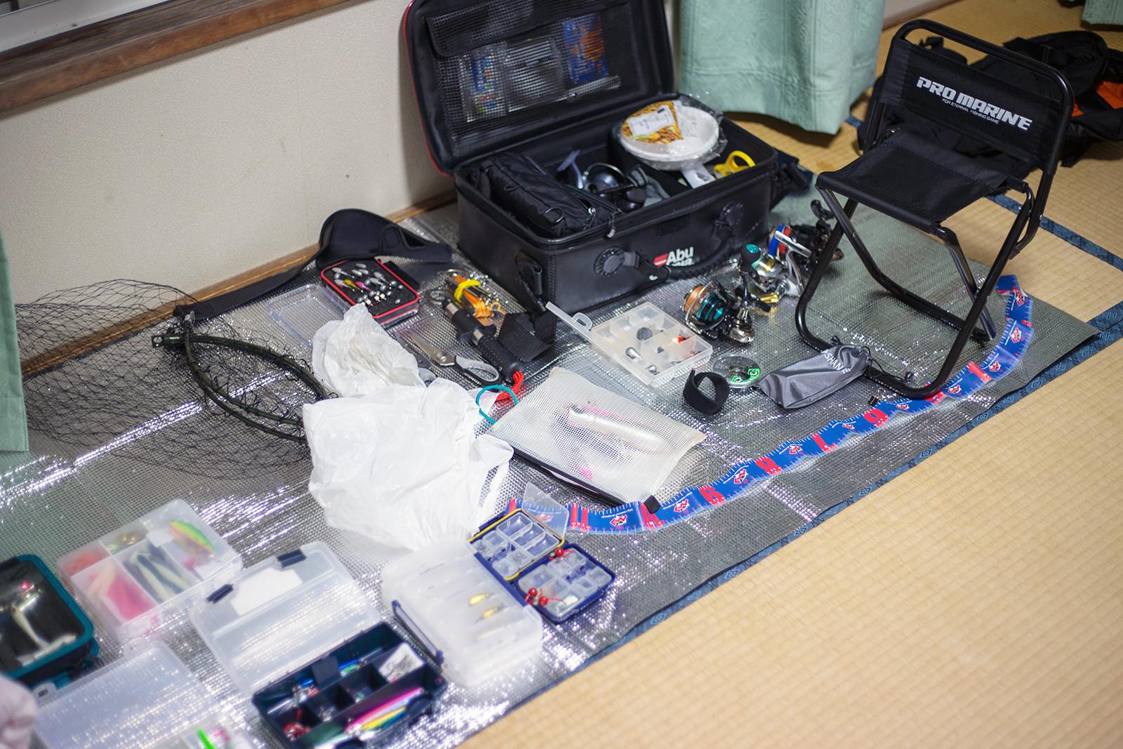 式根島の泊まった民宿で一時的に濡れた荷物を広げて乾かす