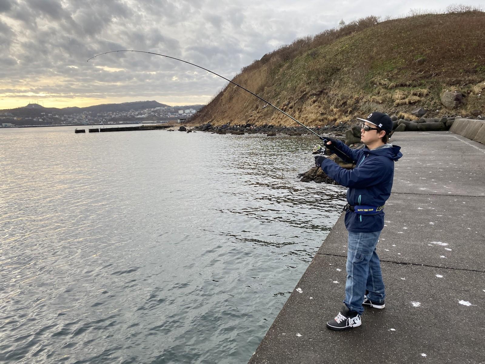 魚をかけるひろきさん