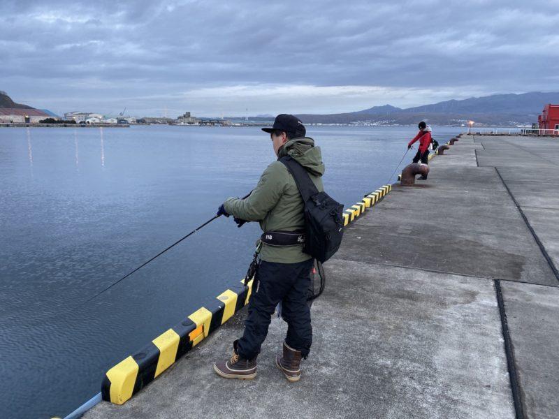 室蘭で釣りをする2人の釣り人