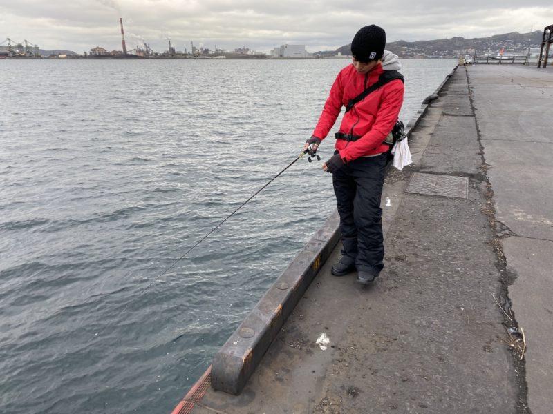 壁際の釣りをする甲斐さん