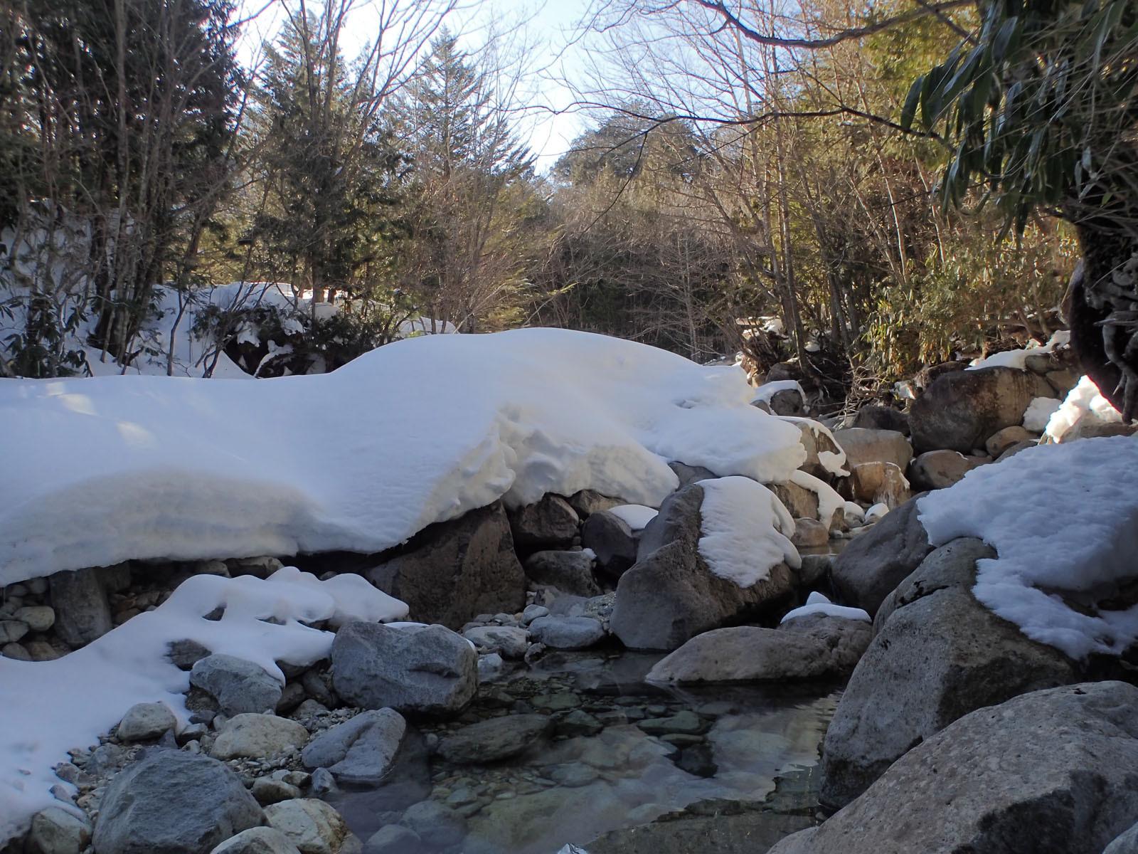 雪が多く残る渓流